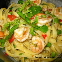 Stir Fried Spicy Fettuccine With Shrimp (pasta Pad Kaprow Koong ...